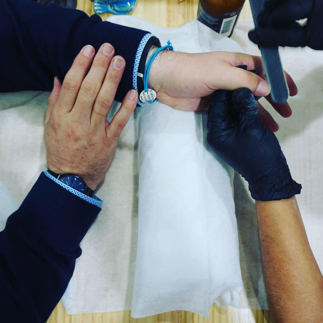 los hombres y la manicura